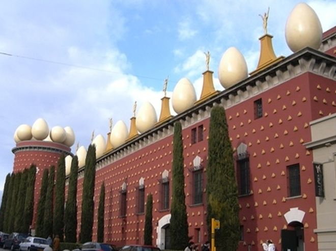 Dali Theater Museum to see while exploring a tour of Barcelona, an impressive building