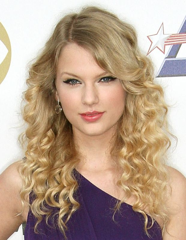 Taylor-Swift-long-curly-hair
