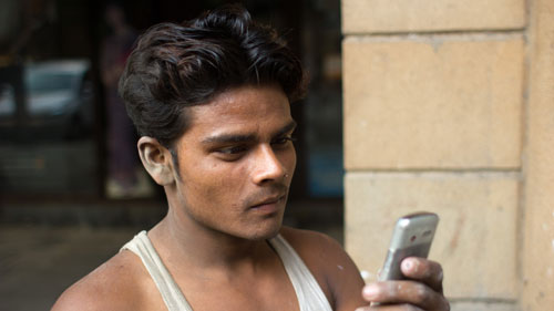 Mumbai-Construction-worker-cellphone